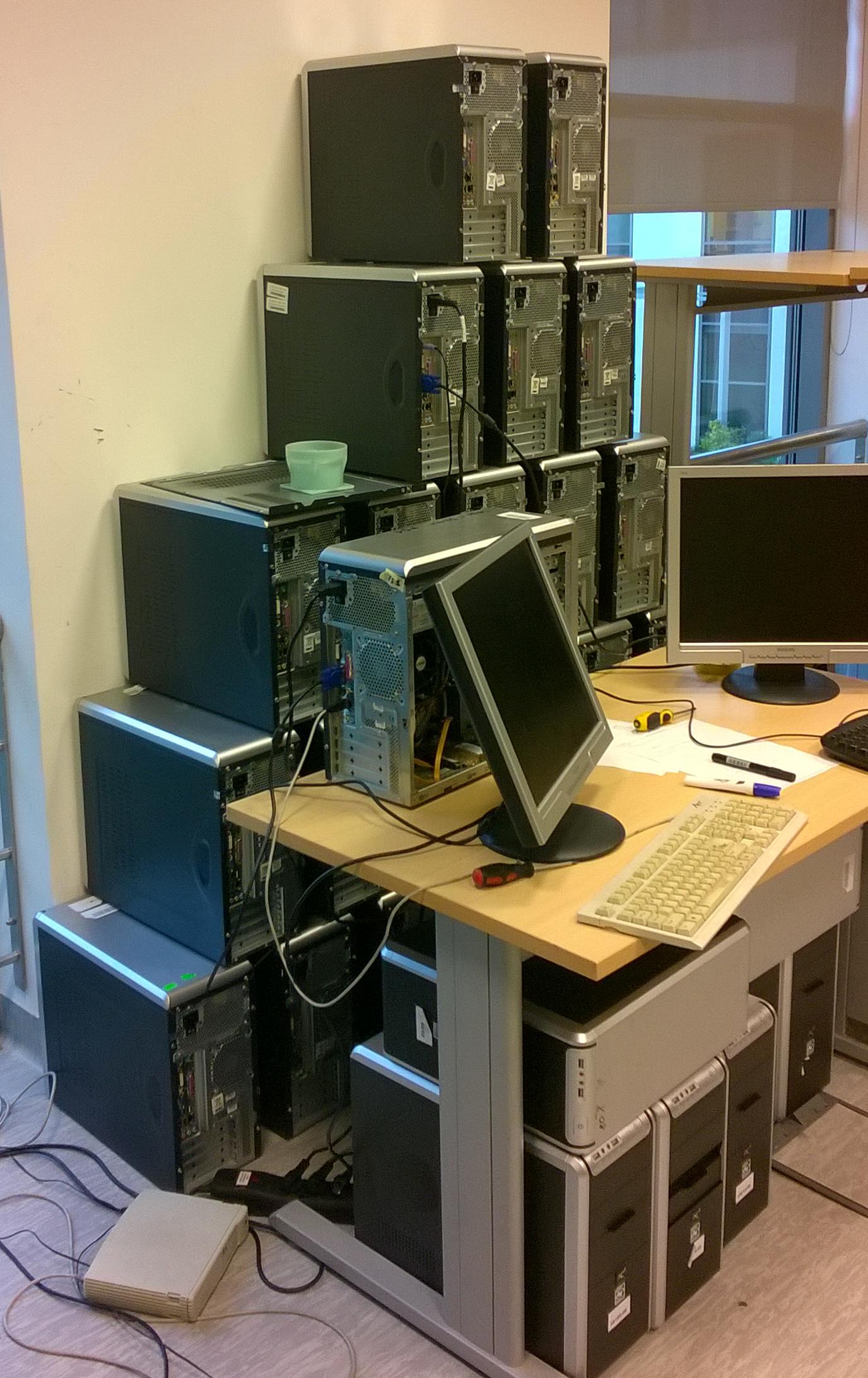 Estetyczna wieża z komputerów - najsolidniejsza forma ustawienia